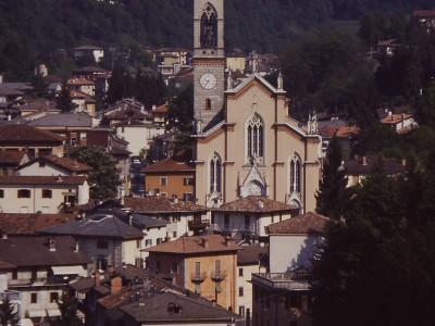 Brembilla e la chiesa.JPG